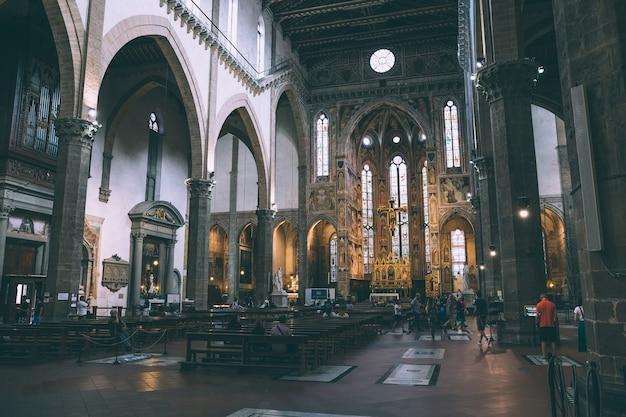 Florença, itália - 24 de junho de 2018: vista panorâmica do interior da basílica di santa croce (basílica da santa cruz) é a igreja franciscana em florença e a basílica menor da igreja católica romana