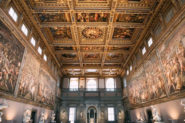 Florença, itália - 24 de junho de 2018: vista panorâmica do interior e das artes do palazzo vecchio (antigo palácio) é a prefeitura de florença