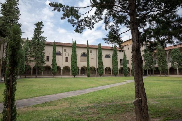 Florença, itália - 24 de junho de 2018: vista panorâmica do jardim interno da basílica de santa maria novella. é a primeira grande basílica de florença e é a principal igreja dominicana da cidade