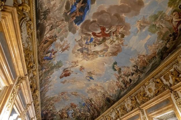 Florença, itália - 25 de junho de 2018: vista panorâmica do interior do teto do palazzo medici, também chamado de palazzo medici riccardi. é um palácio renascentista localizado em florença