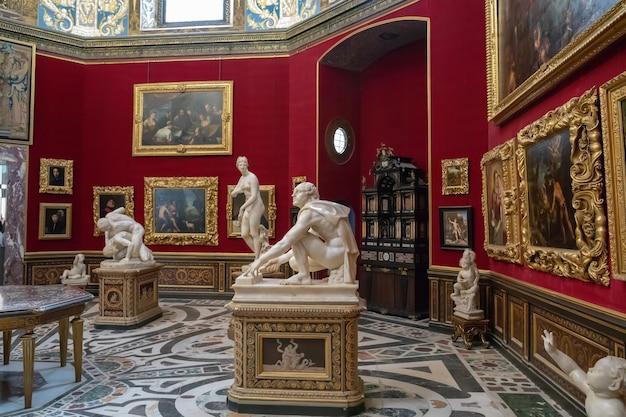 Florença, itália - 26 de junho de 2018: vista panorâmica do interior e das artes da galeria uffizi (galleria degli uffizi) é um museu de arte localizado ao lado da piazza della signoria, no centro histórico de florença