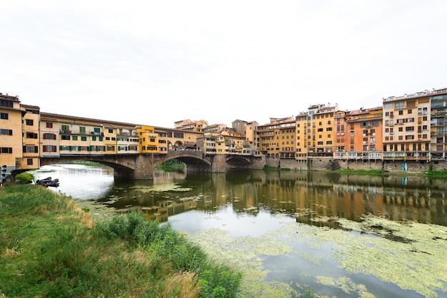 Florença, vista do rio arno com a ponte velha (ponte vecchio)