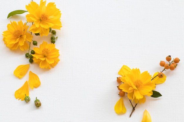 Flores amarelas arranjo cosmos plano leigos estilo cartão postal