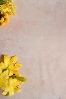 Flores amarelas diferentes em um fundo cinza de concreto