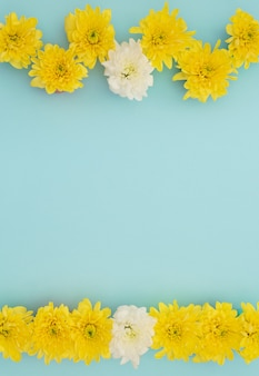 Flores amarelas e brancas em azul