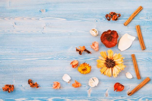 Flores amarelas e vermelhas em um azul de madeira
