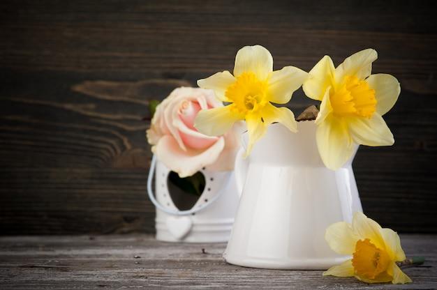 Flores amarelas em vaso na mesa de madeira