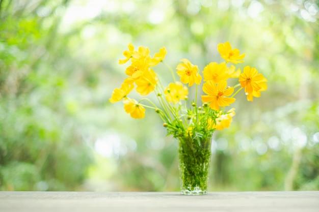 Flores amarelas em vaso