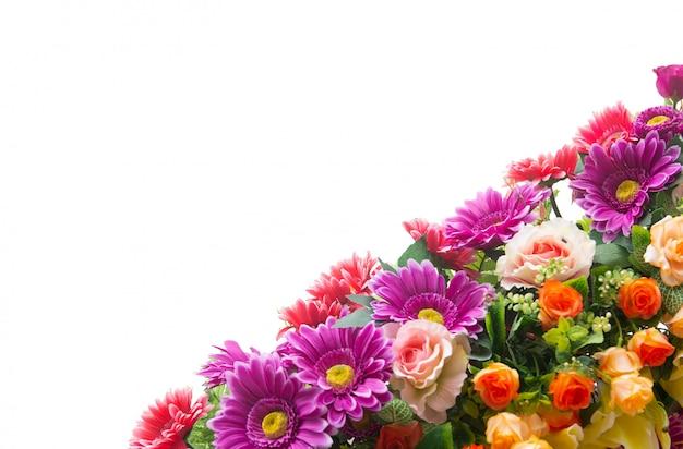Flores artificiais plásticas isolar em branco