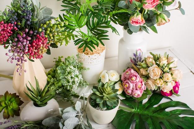 Flores artificiais sobre um fundo branco, decoração de casa