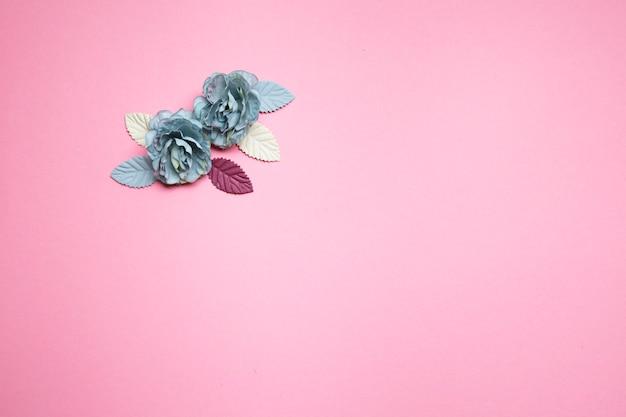 Flores azuis em um fundo rosa.