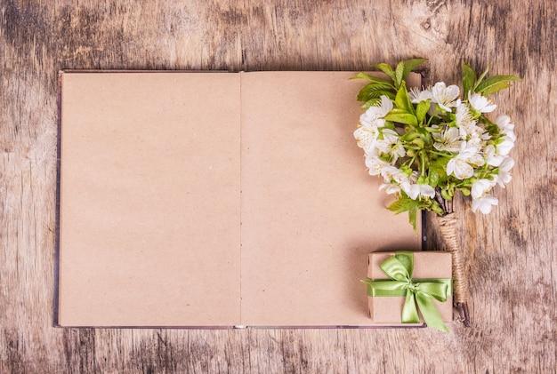 Flores brancas, caixa de presente ee livro vazio