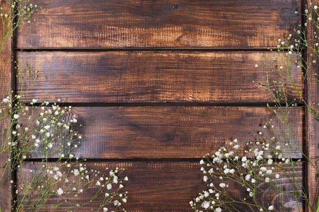 Flores brancas claras sobre madeira