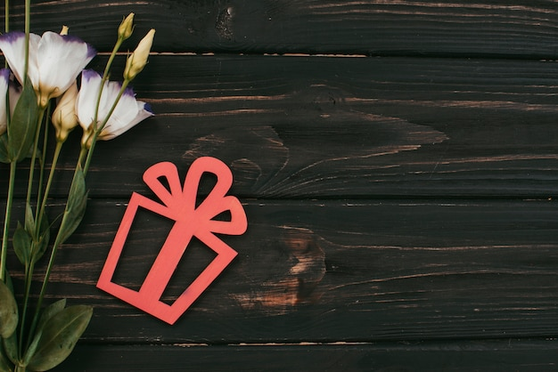 Flores brancas com caixa de presente na mesa
