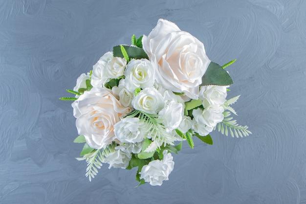 Flores brancas frescas em um vaso, na mesa de mármore.