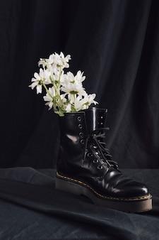 Flores brancas na bota