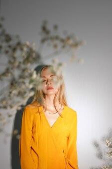 Flores brancas secas cobrem o rosto da modelo. foto de moda