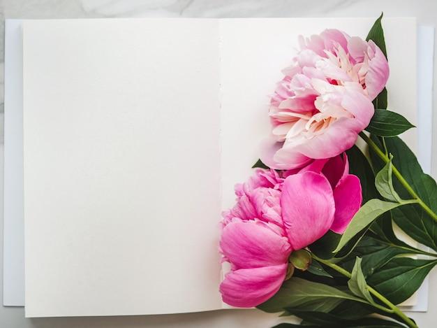 Flores brilhantes e um lugar para a inscrição.