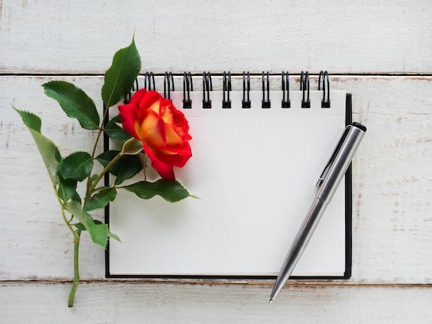 Flores brilhantes e um lugar para sua mensagem de parabéns