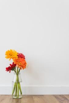 Flores brilhantes em pé na garrafa