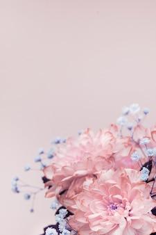 Flores, close-up de rosa, crisântemos rosa pálidos e pequenas flores lilás, composição de buquê.