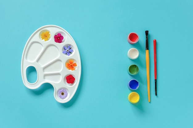 Flores coloridas brilhantes na paleta artística