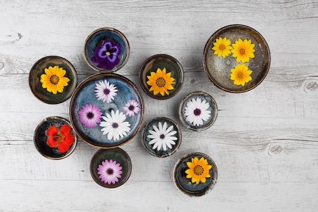 Flores coloridas em tigelas de cerâmica