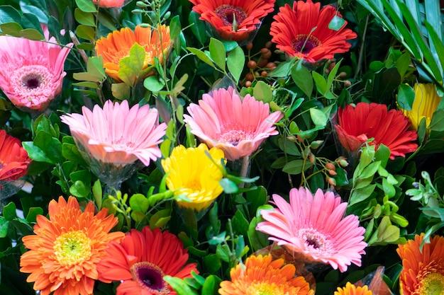 Flores coloridas no fundo do mercado