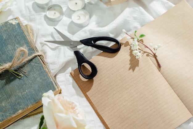 Flores com caderno vintage vazio para o seu