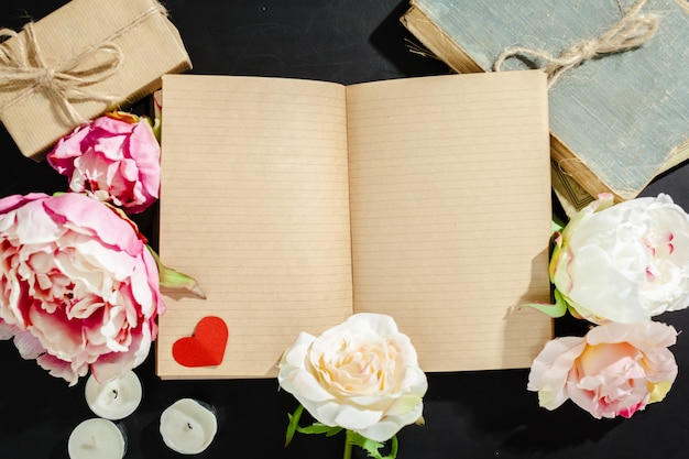 Flores com caderno vintage vazio para seu projeto