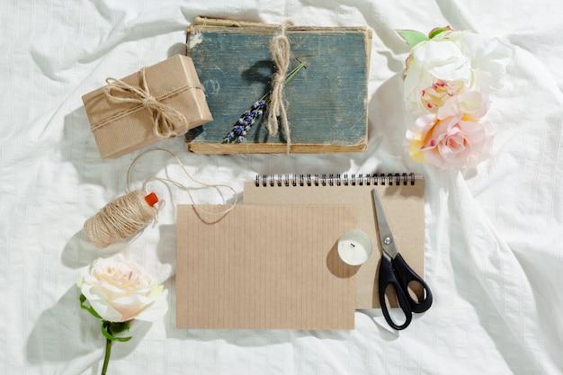 Flores com caderno vintage vazio