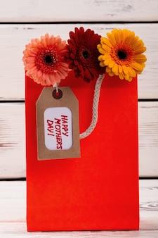 Flores com etiqueta no saco etiqueta do dia das mães e gerberas impressionam a mãe com criatividade simples flor artesanal.