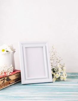 Flores com moldura em branco e livro