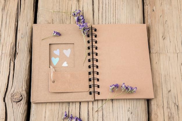 Flores com notebook e tag em branco