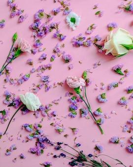 Flores com pétalas roxas no fundo rosa
