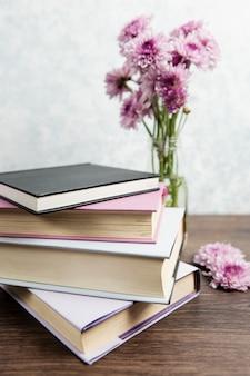 Flores com pilha de livros