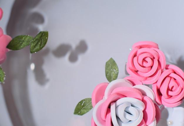Flores cor de rosa e brancas em água pura frescor beleza conceito primavera ou verão cartão com