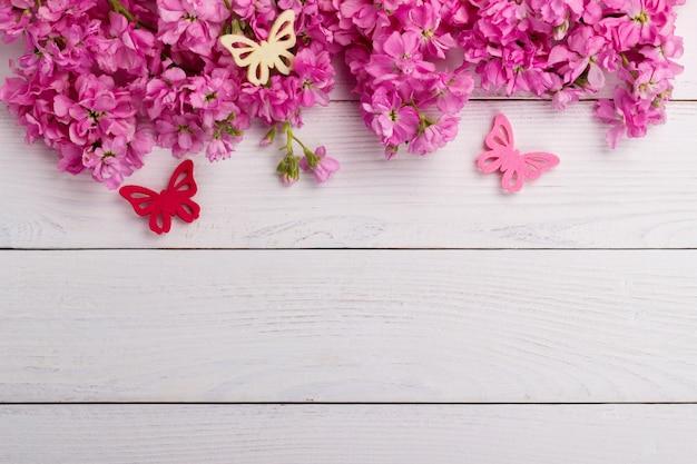 Flores cor de rosa em fundo de madeira