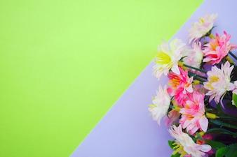 Flores cor de rosa em fundo roxo e verde