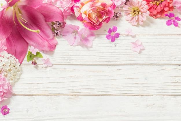 Flores cor de rosa em madeira branca