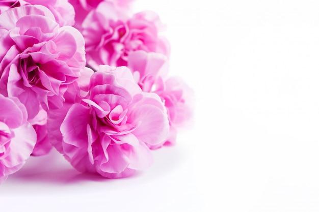 Flores cor de rosa em uma tabela branca