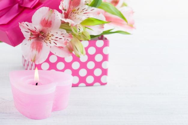 Flores cor de rosa lilly com caixa de presente