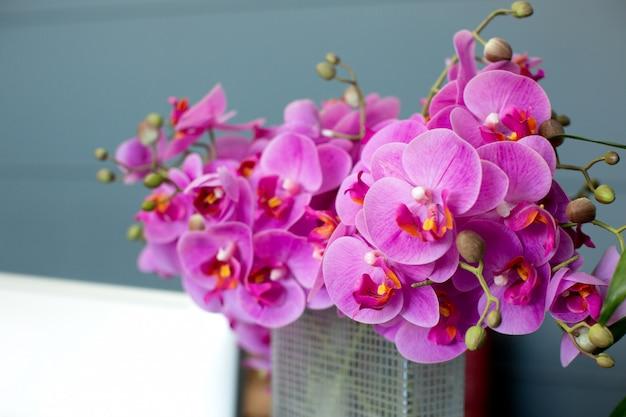 Flores cor de rosa na cesta