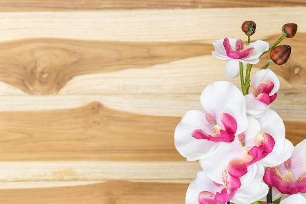 Flores cor de rosa no chão de madeira
