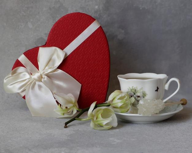 Flores da orquídea branca e caixa de presente