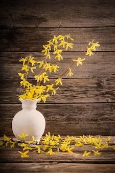 Flores da primavera amarelo sobre fundo de madeira velho