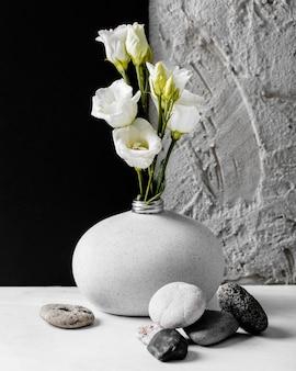 Flores da primavera com um arranjo de cacho de pedras