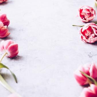 Flores da primavera e decorações de páscoa em fundo chique gasto
