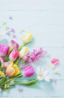 Flores da primavera em fundo azul de madeira