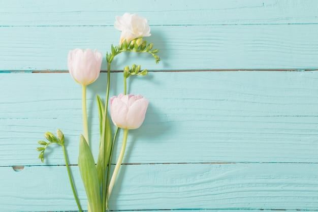 Flores da primavera em fundo de madeira azul menta